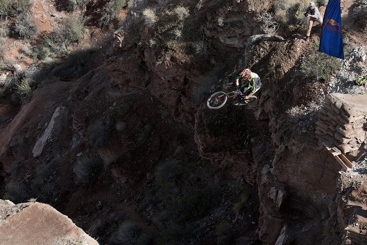 Brendog über dem Canyon.