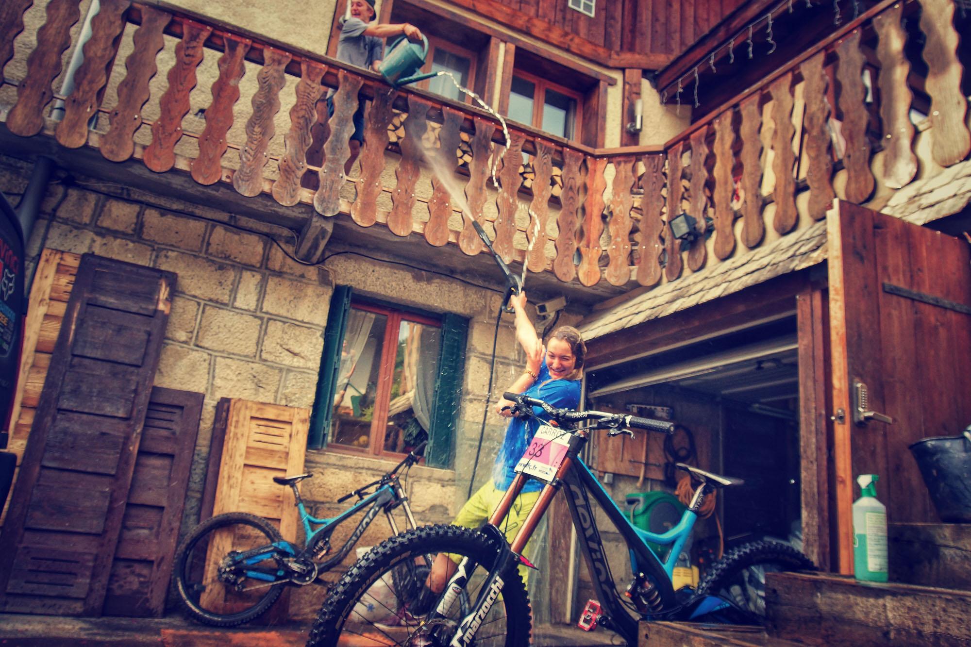 Wie sich das in einer Familie gehört, artet das Bikeputzen auch schnell mal in einer Wasserschlacht aus.