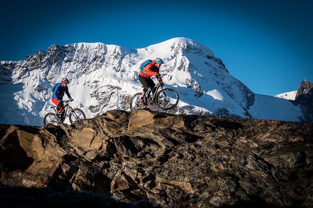 Unter Gletschern: Biken in Zermatt ist ein hochalpines Erlebnis. © Tom Malecha/ FilmevonDraussen