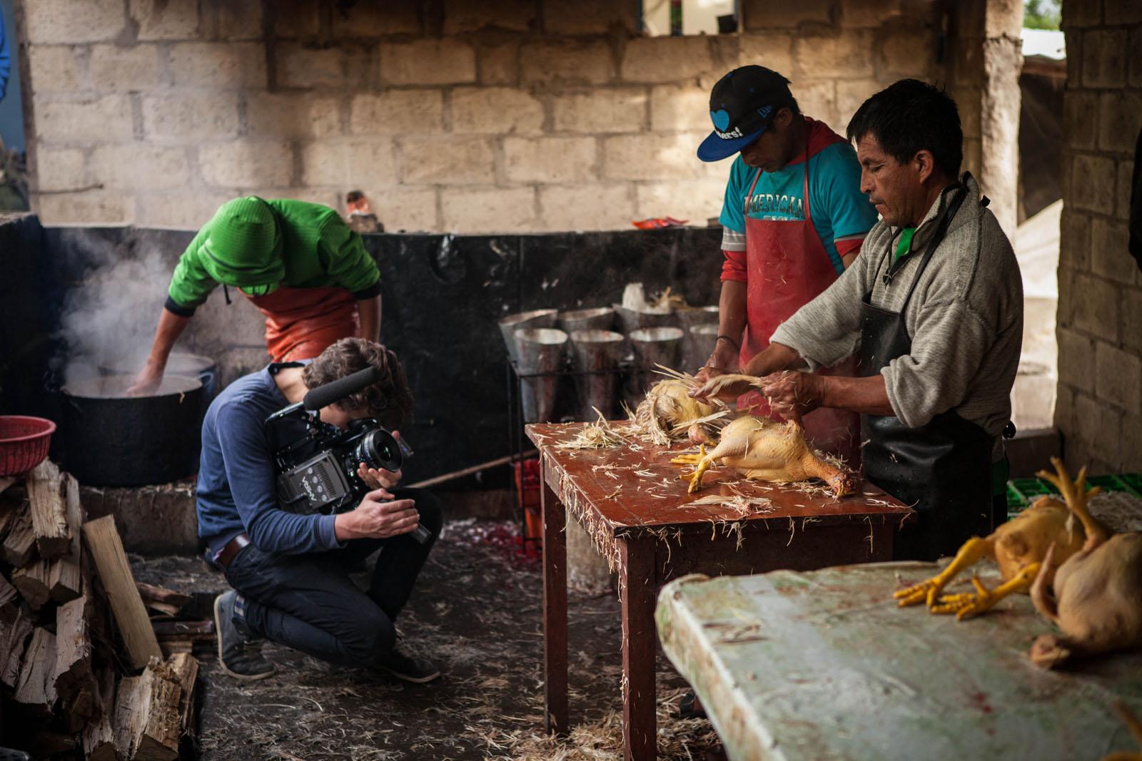 Tatang hilft beim Hühnerrupfen, um sich ein wenig Geld zu verdienen.