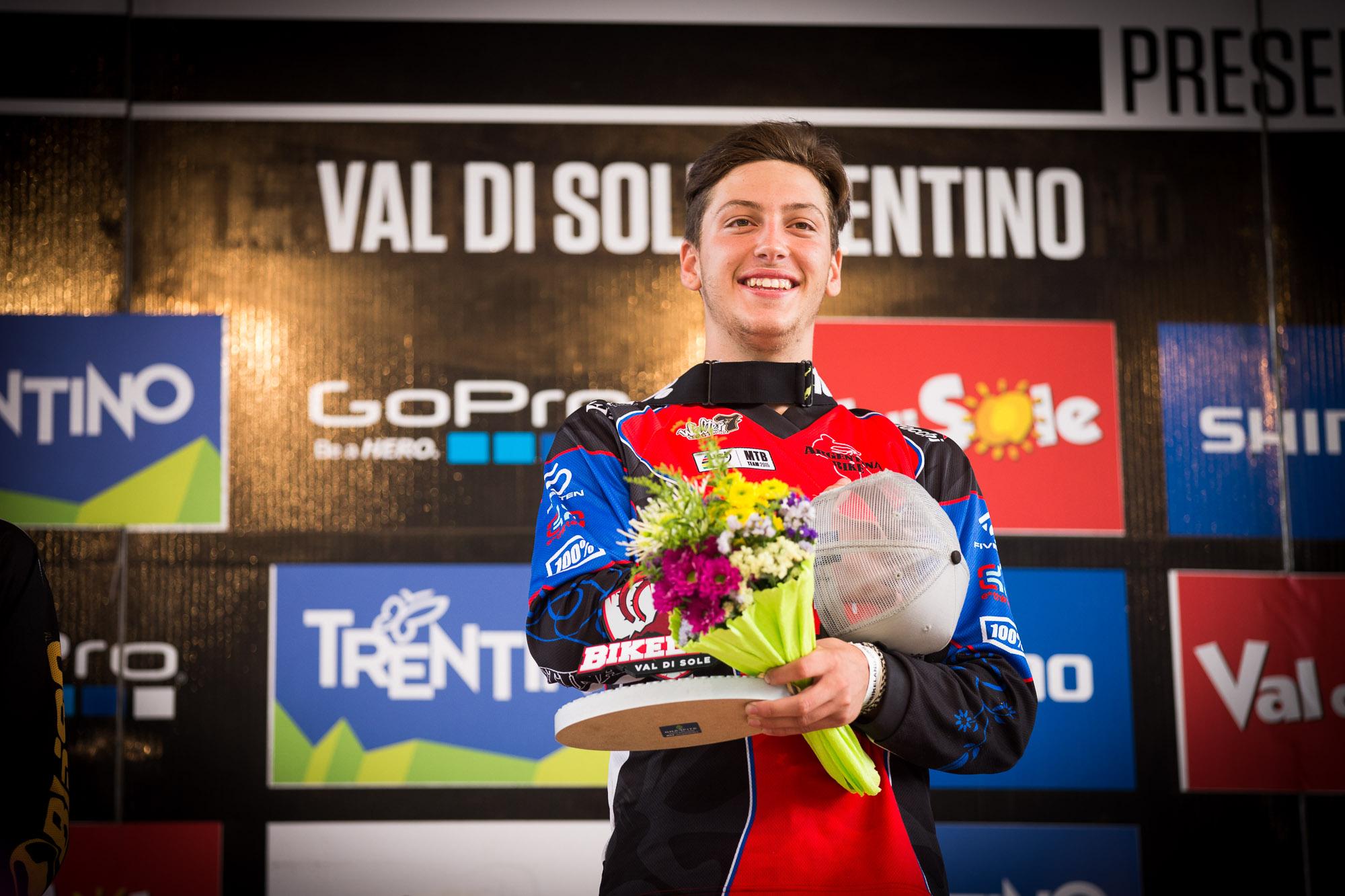 Fair play. Der italienische  Junior Loris Revelli konnte vor heimischem Publikum den Sieg in Val di Sole einfahren. Frenetischer Jubel bei der Siegerehrung!  Foto: Seb Schieck