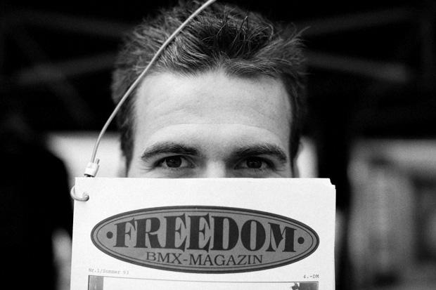 Markus Reich versteckt seinen prächtigen Bart hinter der Ausgabe der freedombmx, deren Cover vor exakt 18 Jahren im Jugendpark geschossen wurde