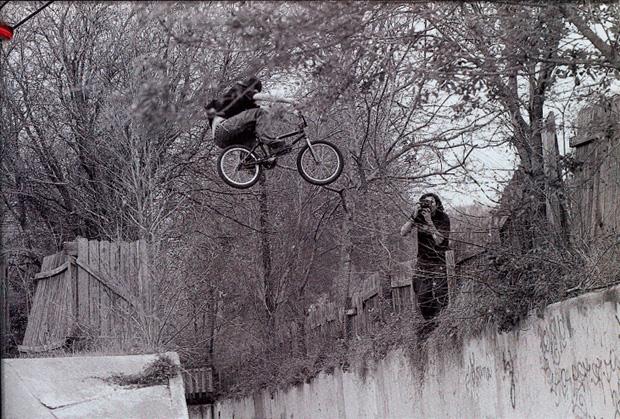 Ausgabe 39: Der mysteriöse Paul Buchanan hüpft am 5 Hip Ditch in Austin über einen Zaun