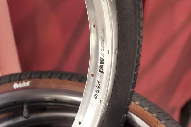 Prototypen der neuen Eclat JAW-Felgen. Großer Vorteil: Speichenwechsel (inkl. Nippel) ist möglich, ohne den Reifen abnehmen zu müssen