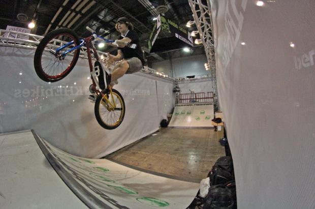 Unglaublich, aber wahr: Daniel Tünte wurde von KHE Bikes extra eingeflogen, um auf Daniel Dhers Rad Shows auf der Interbike zu fahren