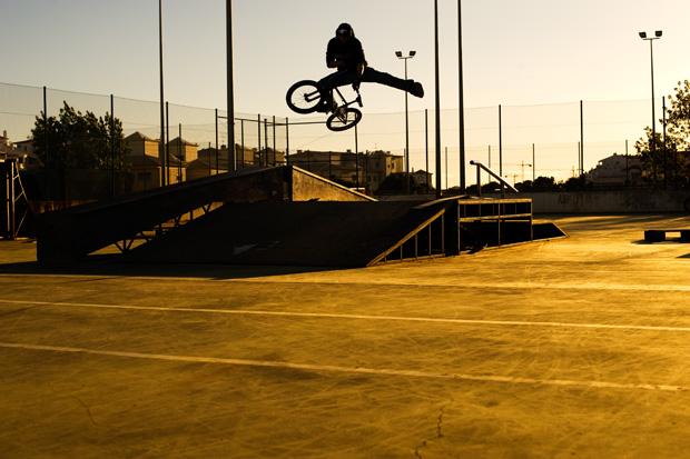 Wenn du weißt, wie dieser Trick heißt, bist du oldschool. Jann Rosskamp hebt in einem der gerümpeligsten Skateparks aller Zeiten das Bein