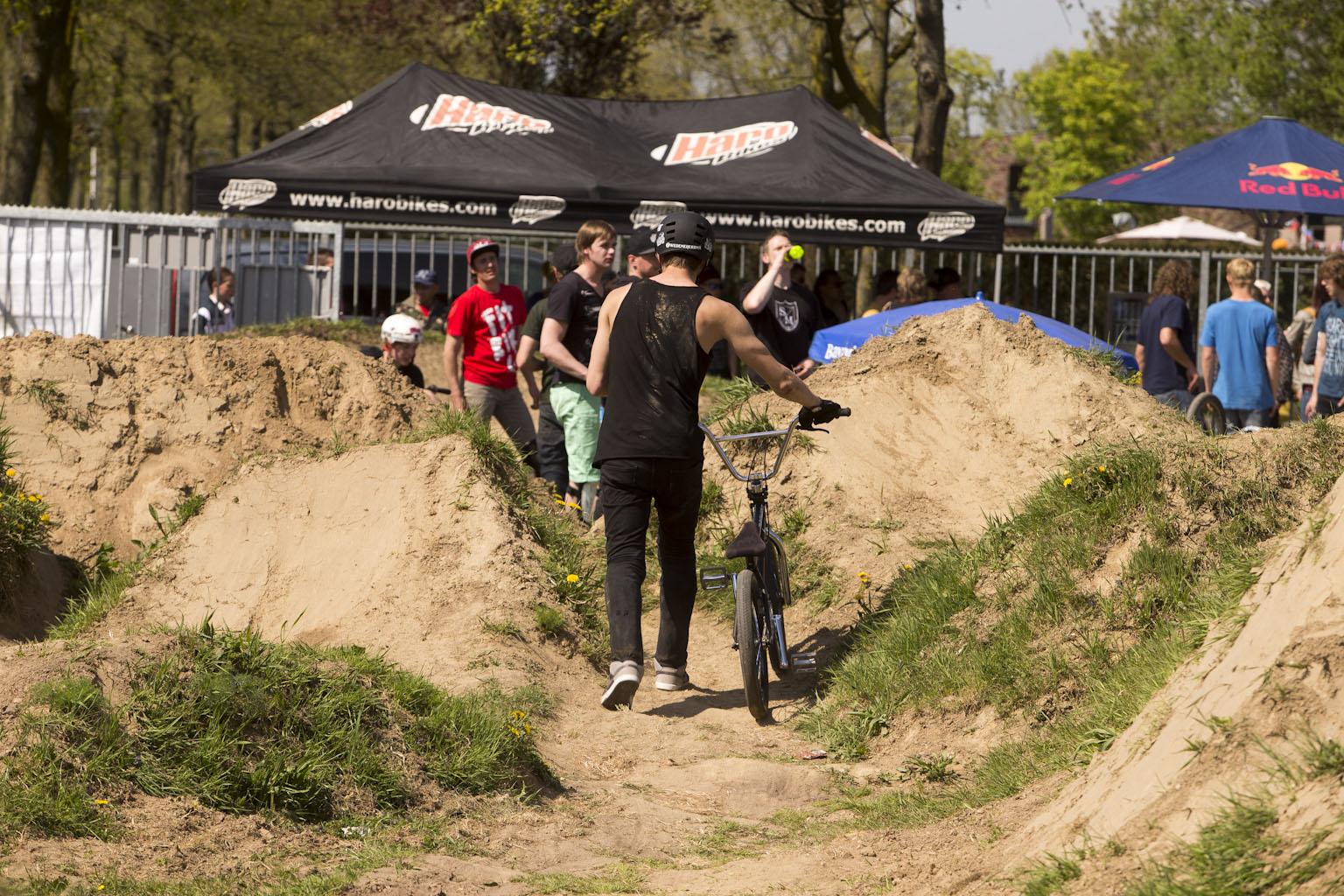 Daniel Wedemeijer vor der Chillout Zone - Dutch Open Helmtrails