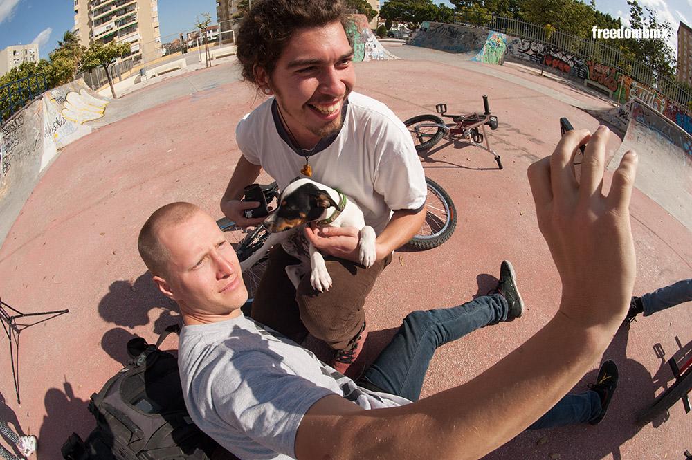 Diese Wilden schrecken vor nichts zurück: Selbst kleine Hunde wurden gekidnappt, damit die Selfies besser aussehen.