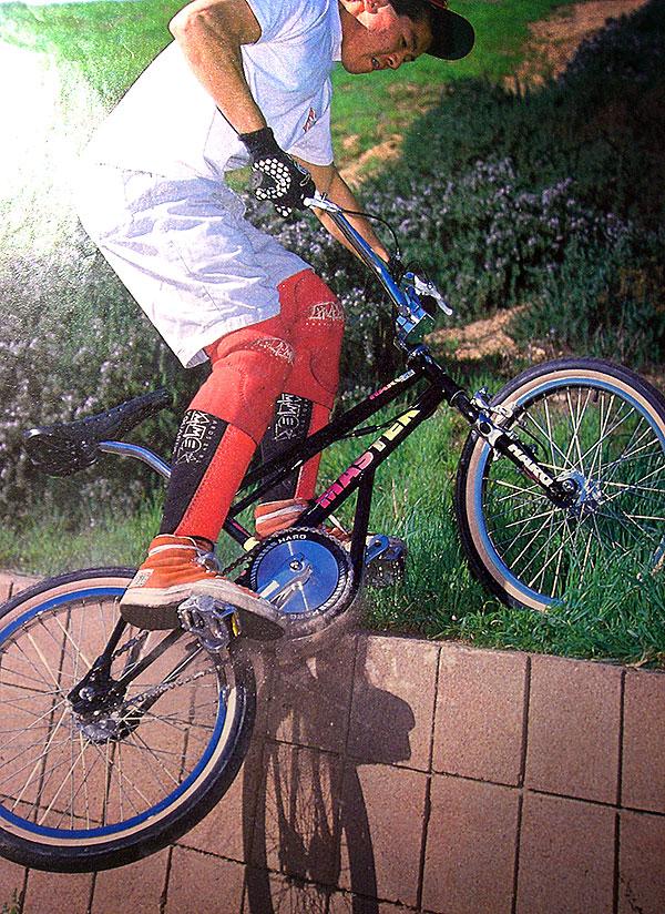 So verpasste Bob Haro ungefähr zur selben Zeit dem legendären Master-Rahmen eine Verjüngungskur –natürlich inklusive Bashguard, das angeblich seine Idee war. Unsere These lautet: Da Ron Wilkerson lange Jahre für Haro Bikes fuhr, bevor er 1989 vollkommen unerwartet seine eigene Firma gründete, wurde die Idee des Bashguards wahrscheinlich von Bob und Ron gemeinsam entwickelt.
