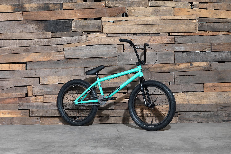 Perfekt für den Einstieg: das Primer von Sunday Bikes in mintgrün und einem 20