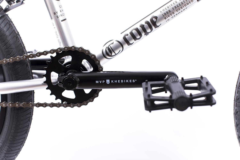 Normal: Dreiteilige Chromolyhohlkurbel und flache Kunststoffpedalen gehören bei Rädern von KHEbikes zur Grundausstattung