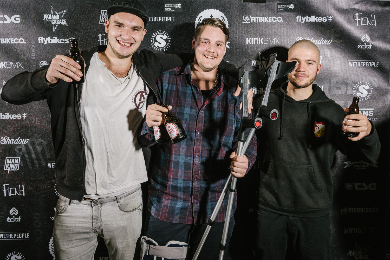 Florian Krätschmann (Mitte) kam auf Krücken zur Verleihung der freedombmx Awards 2018, weil er sich am Abend zuvor während unserer Open Session in der Skatehalle Oldenburg das Knie verletzt hatte. Wir wünschen gute Besserung!