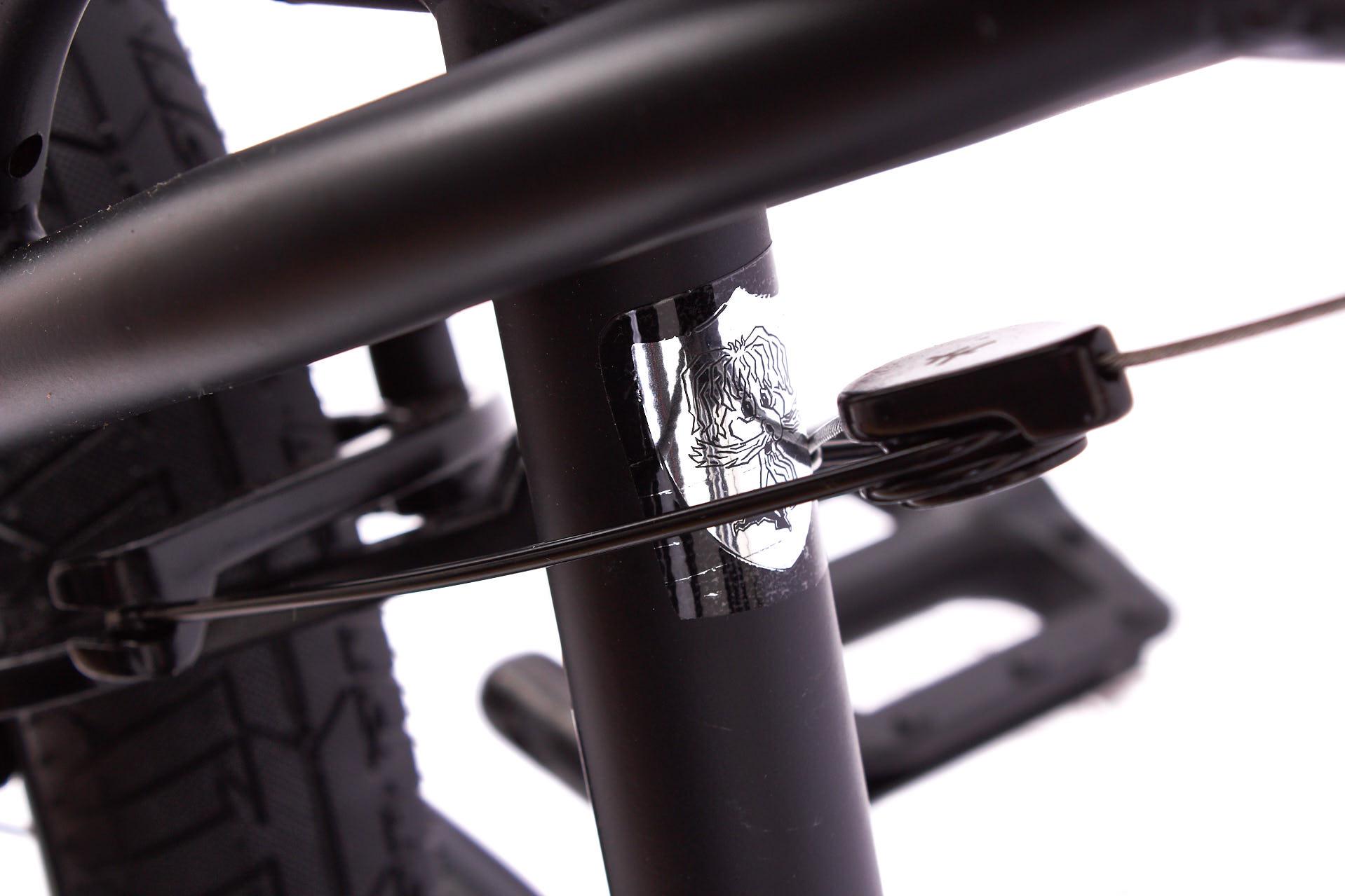 Ein perfekt eingestellter Rotor ist wertlos, wenn die Bremse schlecht ist. Und aus diesem Grund hat man bei KHEbikes hinten eine der besten U-Brakes verbaut, die es derzeit auf dem Markt gibt: die Flybikes Springhanger
