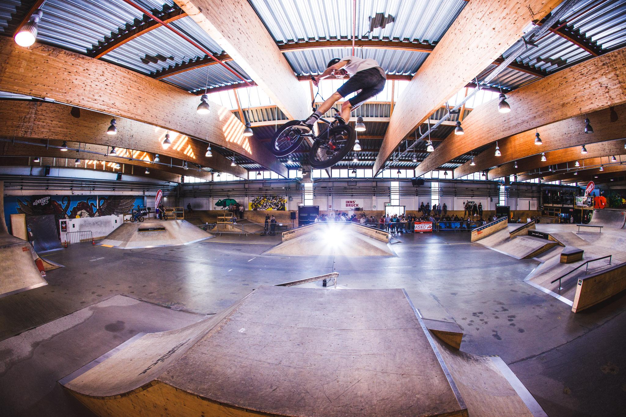 Die Skatehalle Innsbruck hat eigentlich alles, was du zum BMX-Fahren brauchst. Es gibt einen Streetbereich, etwas zum Springen und einen fetten Bowl