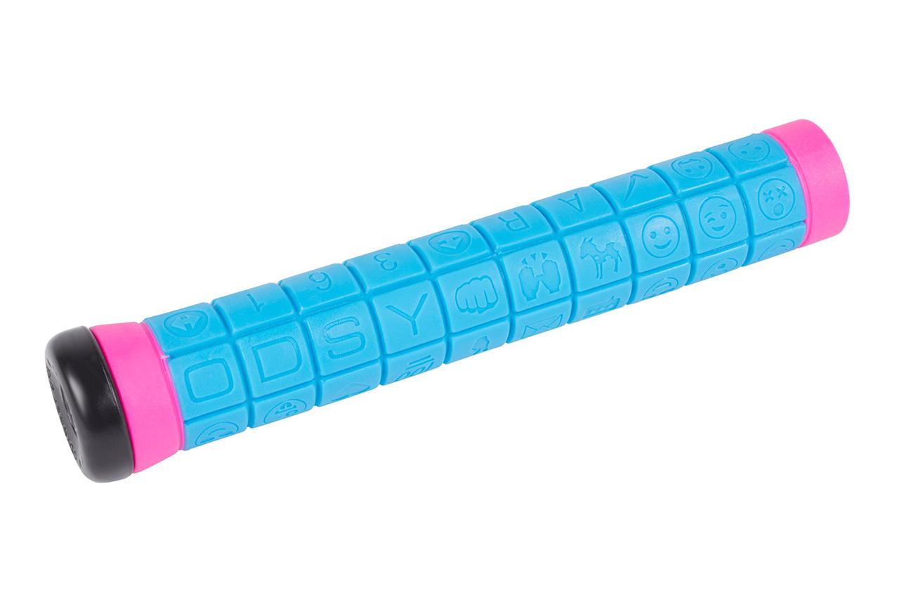 Der Keyboard Grip ist einer der am meisten verkauften Griffe von Odyssey. Auch die überarbeitete Version kommt wieder mit von Aaron Ross eigenhändig ausgesuchten Emojis und zwei Lagen: eine weiche obere und eine härtere darunter für mehr Haltbarkeit. Die ''Par Ends''-Lenkerende sind im Lieferumfang mit inbegriffen. Farben: blau/pink (siehe hier) oder pink/schwarz bzw. lila schwarz (siehe die beiden nächsten Seite)