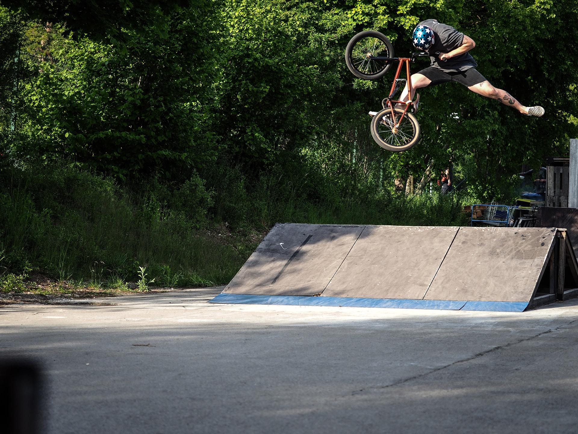 Nils Jacob mit einem Trick, der in den Urzeiten von BMX erfunden wurde: Griz Air über das Hausdach