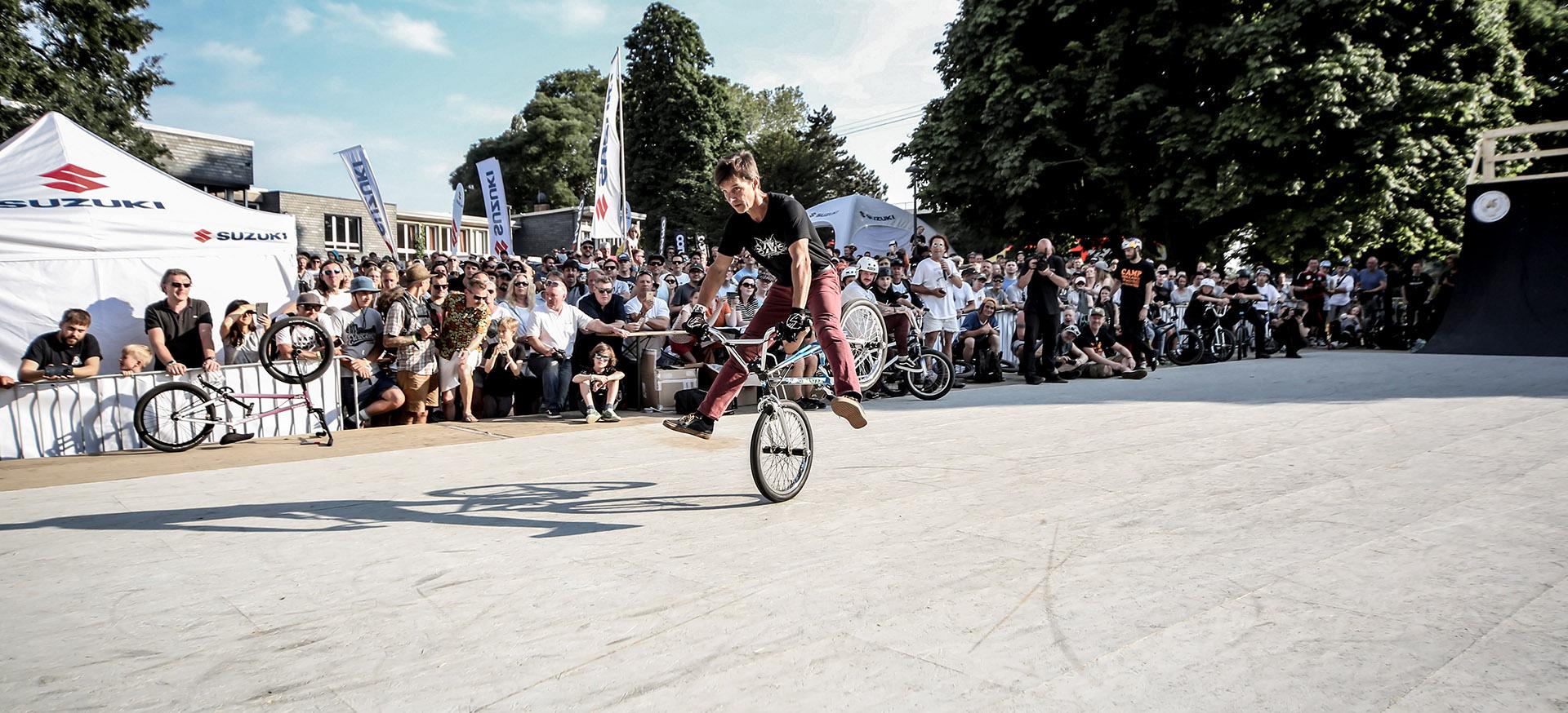 Zum 35-jährigen Jubiläum der Jugendparkcontests ließ es sich das Legendteams von Haro Bikes nicht nehmen, noch einmal eine zwar kurze, aber dafür auch großartige Show zu fahren. Hier haben wir Dave Nourie mit einem Hang Nothing