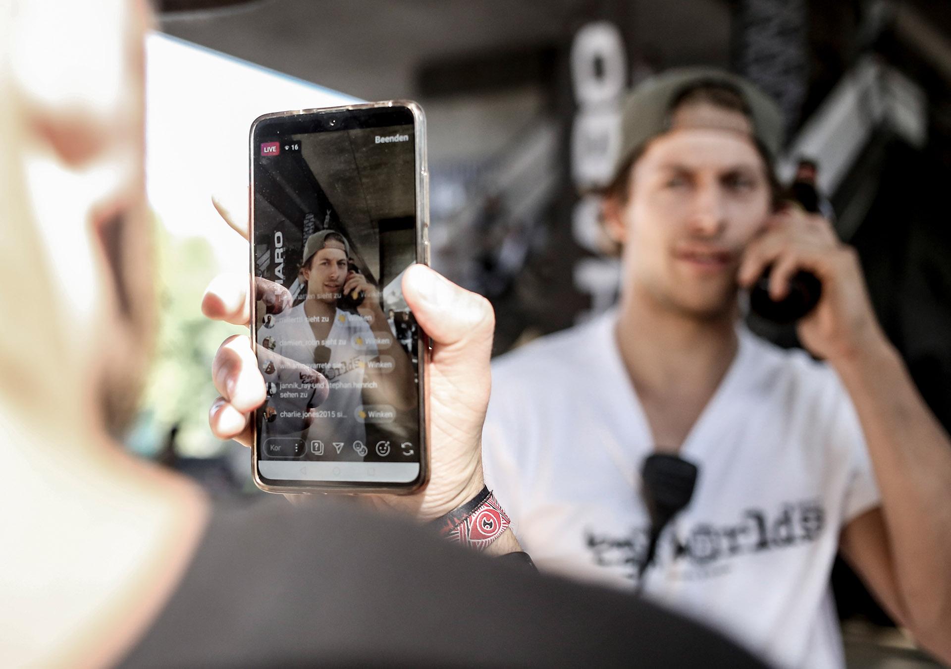 Matthias Dettki, der Social-Media-Beauftragte der BMX Worlds, ausnahmsweise mal auf der anderen Seite der KameraMatthias Dettki, der Social-Media-Beauftragte der BMX Worlds, ausnahmsweise mal auf der anderen Seite der Handykamera