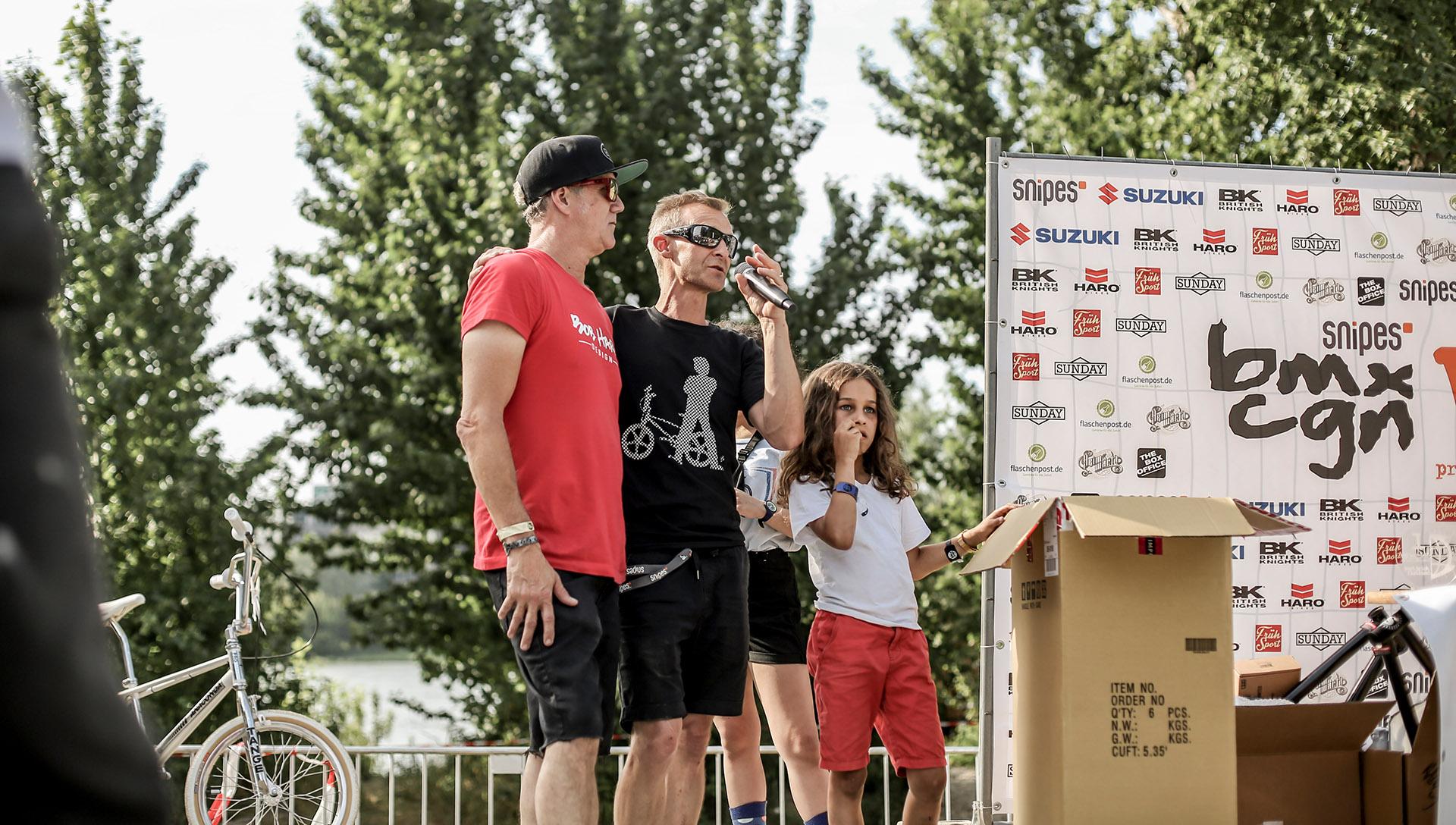 Zwei Menschen, denen BMX extrem viel zu verdanken hat: Links haben wir Bob Haro, seines Zeichens einer der Erfinder von BMX-Freestyle und gleich daneben steht Stephan Prantl, der seit mehr als 30 Jahren maßgeblich an der Organisation und Durchführung von BMX-Contests im Kölner Jugendpark beteiligt ist. Vielen herzlichen Dank!