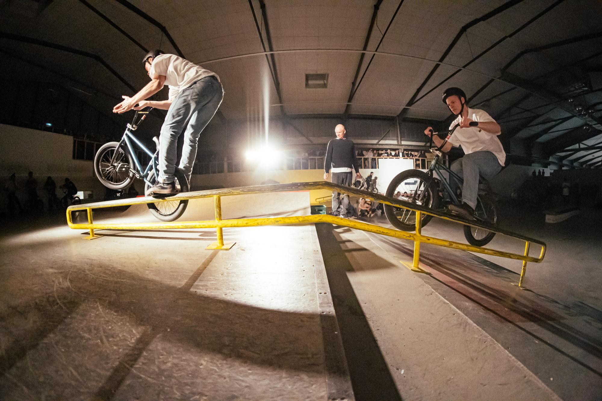 Malte Thumann mit einem der besten Moves des Best-Rail-Contests: Uprail to Rocket Ice Barpin. Im Hintergrund sehen wir übrigens The Medialist dabei, wie er den Clip verpasst