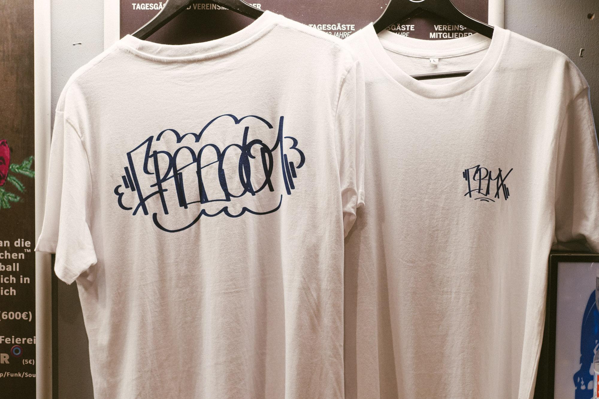 Extra für den Adventsjam und die freedombmx Awards hatte unser Mitarbeiter des Monats aka Merlin Czarnulla diese feschen Shirts designt. Ein paar sind noch übrig, die es in Kürze beim kunstform BMX Shop geben wird