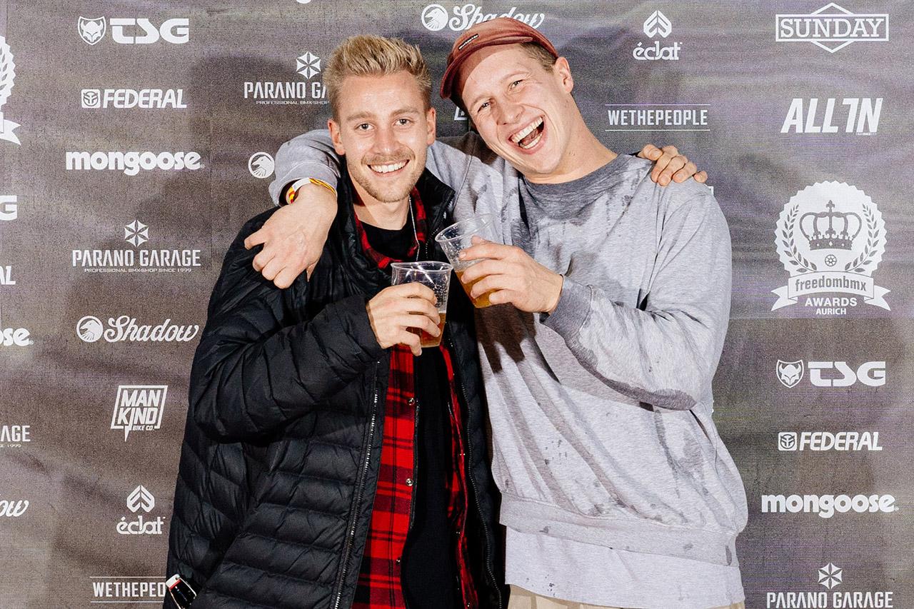 Kilian Roth (links) und der Typ, der sich kurz nachdem dieses Foto entstanden ist, selbst eine Ladung Spaghetti ins Gesicht gekippt hat