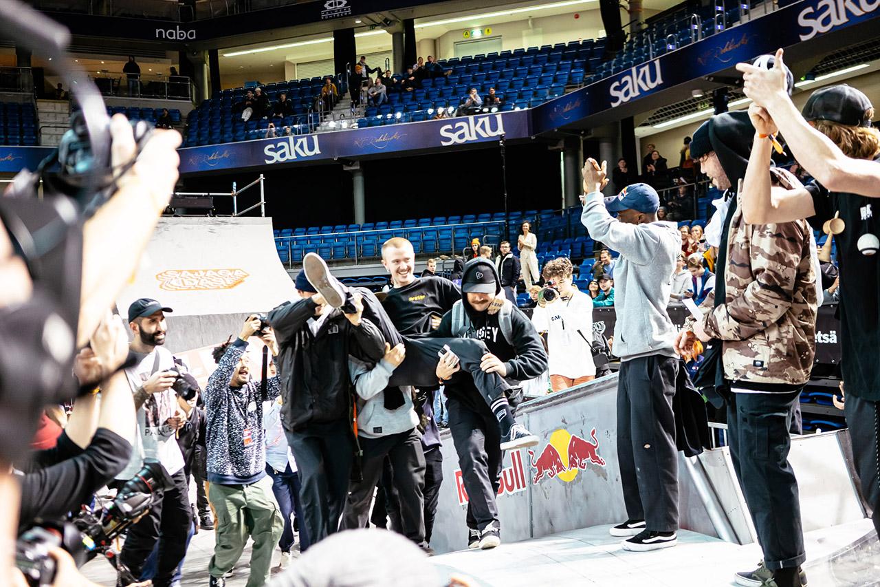 Platz 1 für Pberg in BMX Street! Wie bereits im vergangenen Jahr wurde Felix Prangenberg auch auf der Simple Session 2020 wieder von seinen Homies zur Siegerehrung getragen. Herzlichen Glückwunsch!