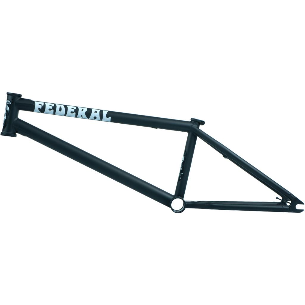 Federal Bikes Boyd Hilder Signature Frame mit extra langem Oberrohr, ovalem Unterrohr, ICS2-Wishbone, Stickerdesign by Rich Forne sowie Investment-cast-Ausfallennden (Oberrohrlängen: 20,7, 21, 21,2 oder 21,5'' |Steuerkopfwinkel: 75.2° |Sattelrohrwinkel: 71° |Kettenstrebenlänge: 13,4'' (slammed) |Tretlagerhöhe: 11,7'' |Stand Over: 9'' |Farben: Matt Schwarz oder Matt Türkis |Gewicht: TBC)