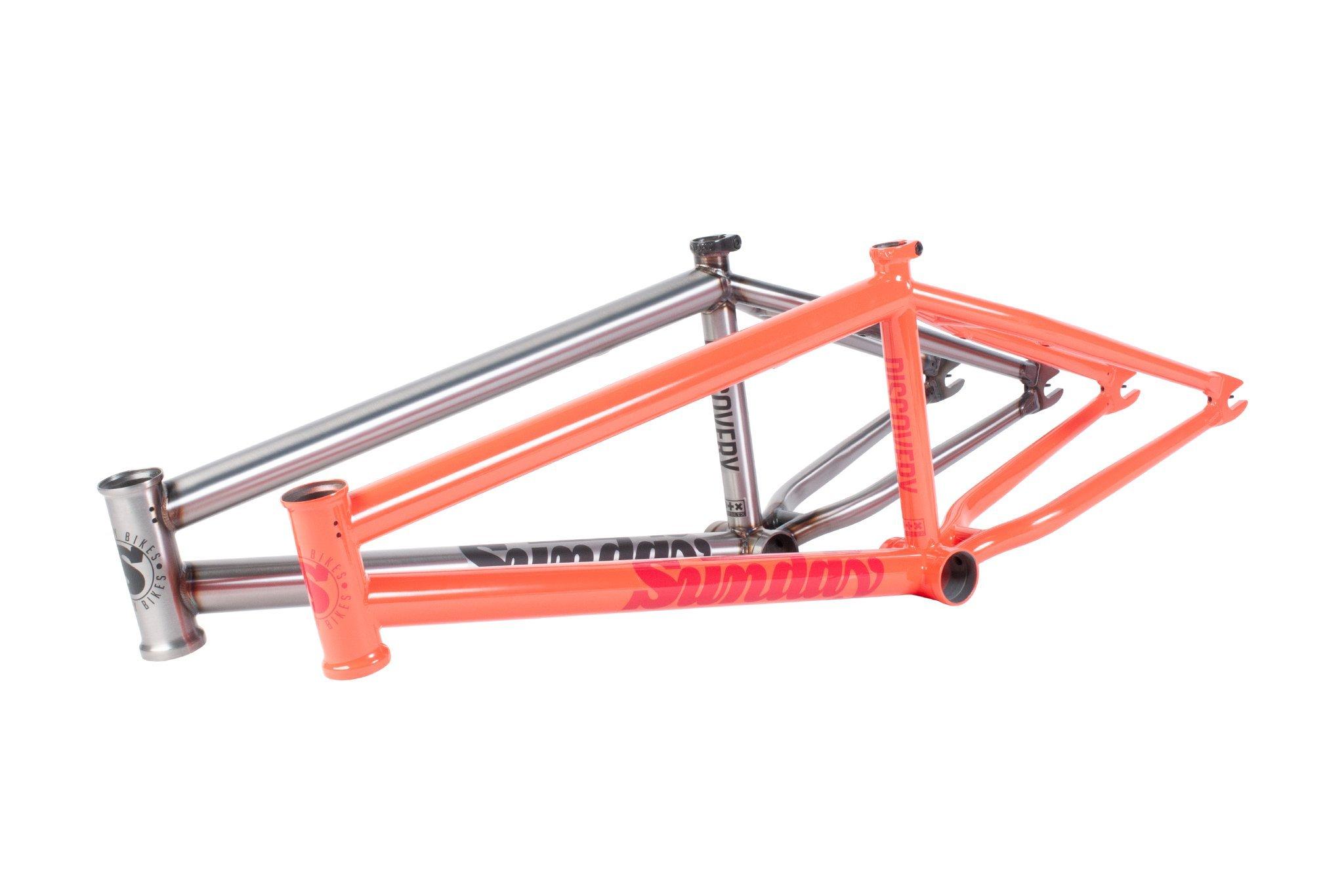 """Sunday Bikes Discovery Frame in Gloss Bright Red oder Matte Raw; Oberrohrlänge: 20,75'' oder 21'' Steuerkopfwinkel: 75° Sattelrohrwinkel: 71° Kettenstrebenlänge: 13,25–13,5"""" Tretlagerhöhe: 11,8"""" Standover: 9"""" Steuerrohrlänge: 5"""" Gewicht: 2,27 kg passend für Reifen mit 2,4'' Breite"""