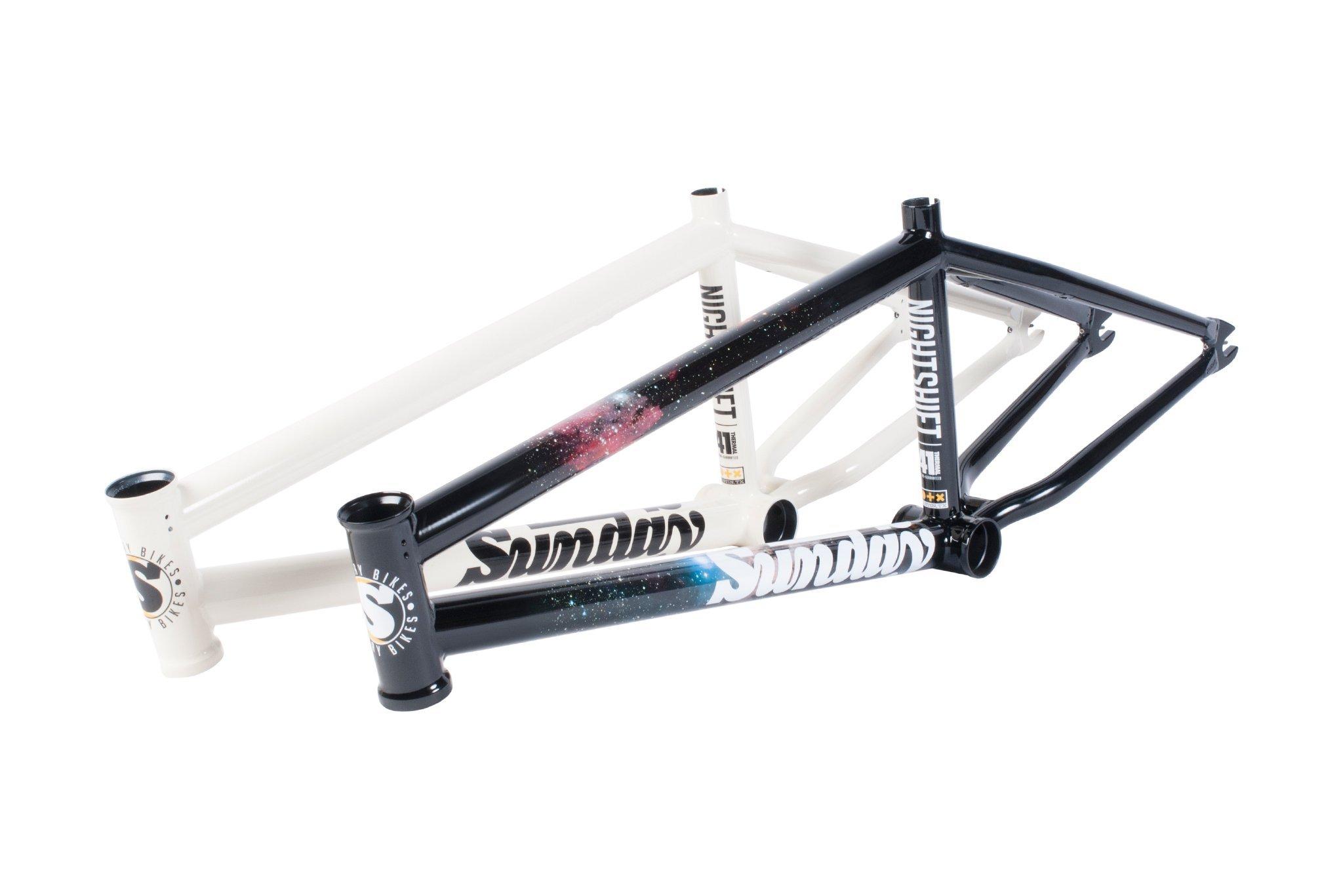 """Sunday Bikes Nighshift Frame in Gloss Sky View oder Gloss Classis White; Oberrohrlänge: 20,5'', 20,75'', 21'' und 21,25'' Steuerkopfwinkel: 75,25° Sattelrohrwinkel: 71° Kettenstrebenlänge: 13–13,25"""" Tretlagerhöhe: 11,625"""" Standover: 9"""" Steuerrohrlänge: 5"""" Gewicht: 2,27 kg passend für Reifen mit 2,4'' Breite"""