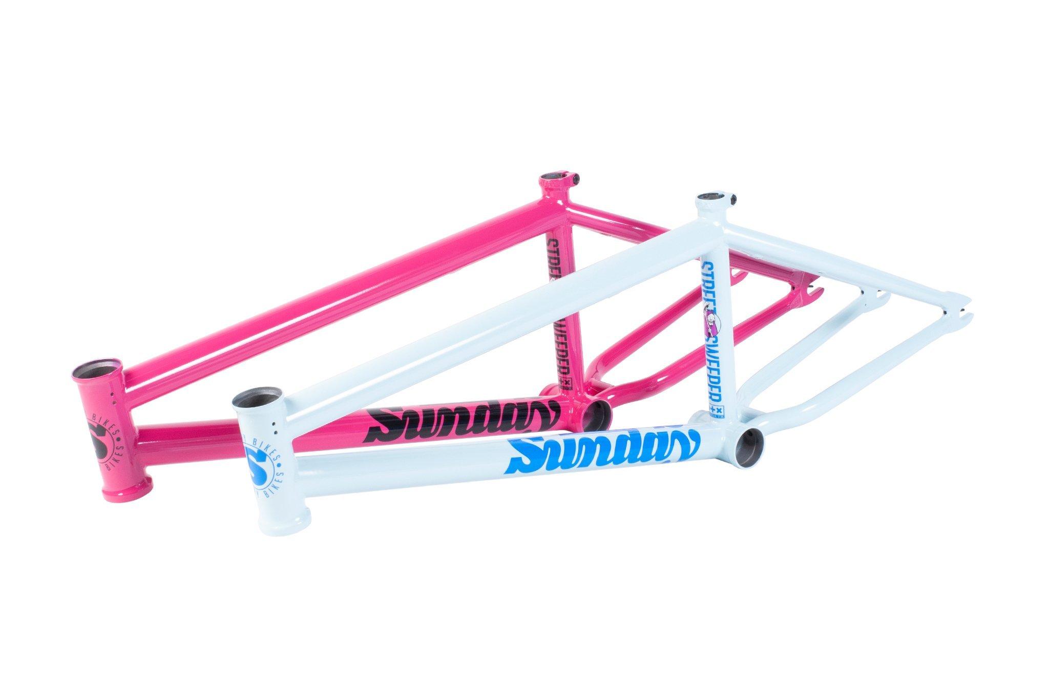 Der Street Sweeper von Sunday Bikes ist jetzt in Sky Blue und Magenta erhältlich; Oberrohrlängen: 20.5'', 20,75'', oder 21'' | Steuerkopfwinkel: 75,25° Sattelrohrwinkel: 71° Kettenstrebenlänge: 12,7–13'' Tretlagerhöhe: 11,7'' Standover: 8.8'' Steuerrohrlänge: 4,7'' Gewicht: 2,27 kg |passend für Reifen mit 2,4'' Breite