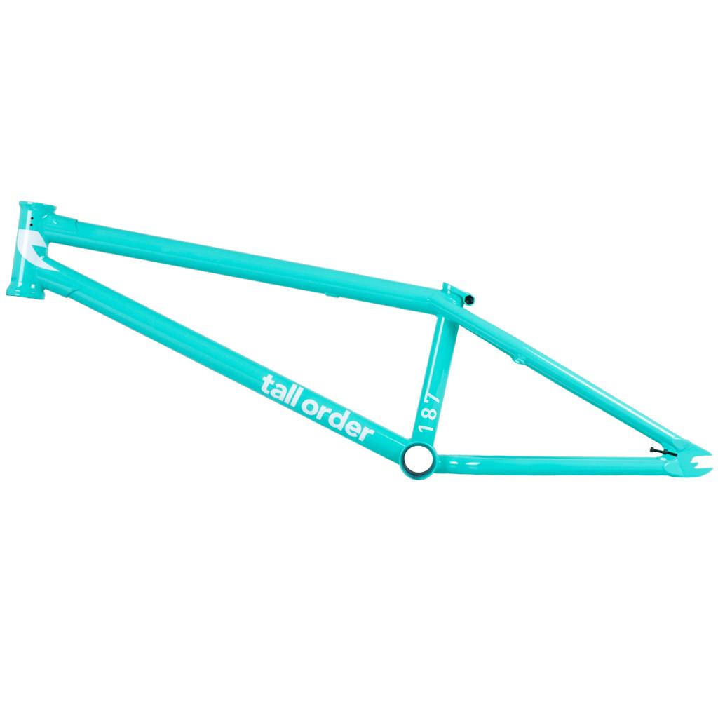 Tall Order 187 V3 Frame in blaugrün glänzend Material: 100 % 4130 Chromoly | Oberrohrlänge: 20,4'' oder 20,8'' |Kettenstrebenlänge: 12,8'' |Steuerrohrwinkel: 75° |Sattelrohrwinkel: 71° |Tretlagerhöhe: 11,6'' |Rahmenhöhe (Standover): 7,5'' | Ausfallenden: 6 mm mit integrierten Kettenspannern |Extras: Ober- und Unterrohrgusset, integrierter Steuersatz, ovale Kettenstreben für 28-Zähne-Kettenblatt, integrierte Sattelklemme (Investment Cast) und schraubbaren Bremssockeln Farbe: blaugrün glänzend |Gewicht: 2,27 kg