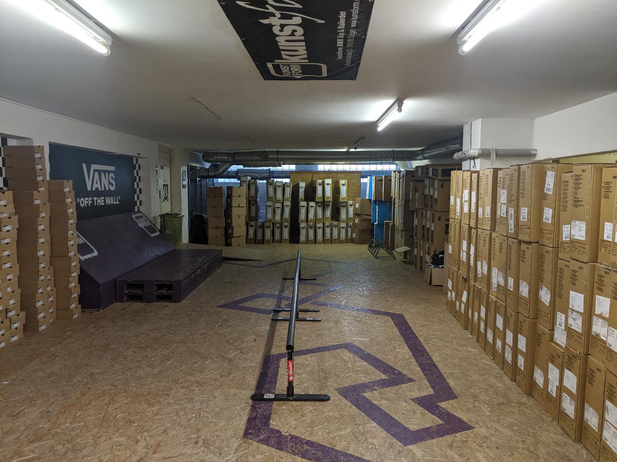 Im Lager des kunstform BMX Shops in Stuttgart steht neben reichlich Ware auch ein kleiner Skatepark