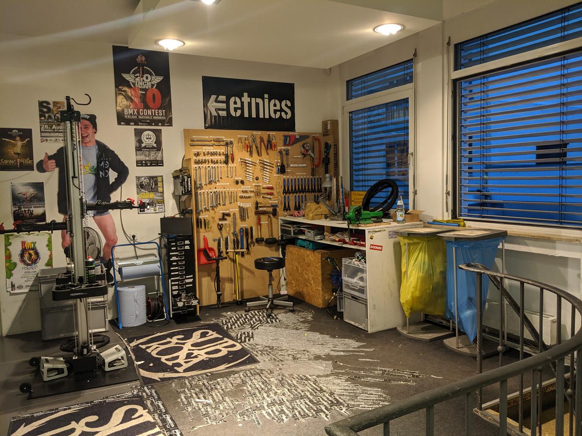 Gerne kannst Du die BMX-Werkstatt im kunstform BMX Shop Stuttgart nutzen, um Dein BMX-Rad zu reparieren oder die BMX-Teile, welche Du im Laden gekauft hast, direkt selbständig zu montieren