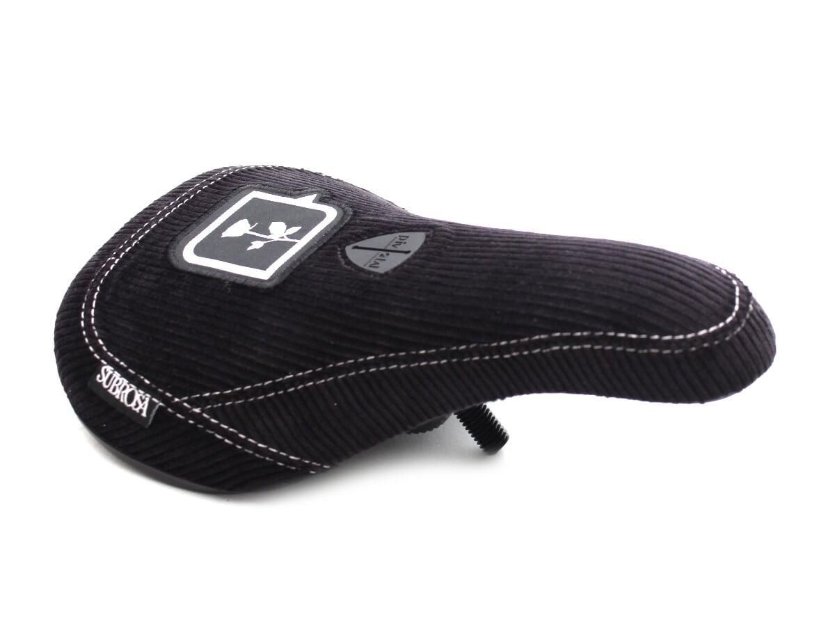 Slim Seats sind so hot right now. Den Subrosa Bikes X kunstform Pivotal Seat gibt dementsprechend nicht nur in Mid, sondern auch als in der abgespeckten Variante. Beide Versionen haben einen Cordbezug und einen Unterbau aus Kunststoff, der vorne und hinten verstärkt ist