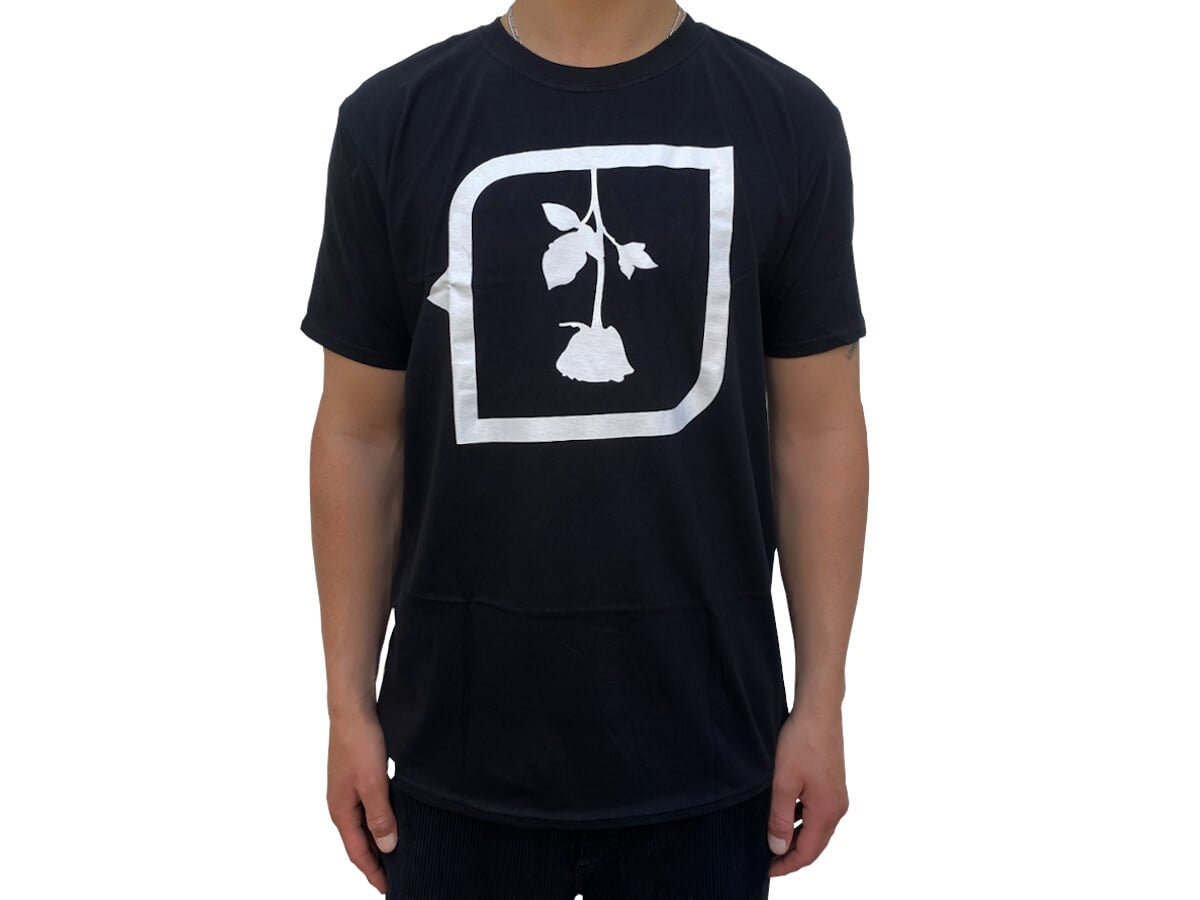 Das kunstform X Subrosa Shirt besteht zu 100 % aus Baumwolle und ist sowohl in schwarz als auch in weiß erhältlich