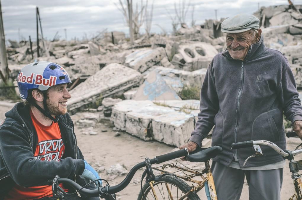 Danny zusammen mit dem einzigen und letzten Bewohner von Epecuén. Der 85-jährige Pablo Novak lebt hier mit seinem Hund.