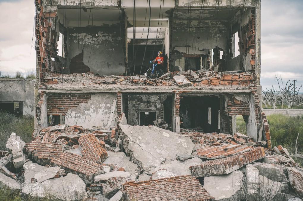 Danny inmitten der Ruinen von Epecuén