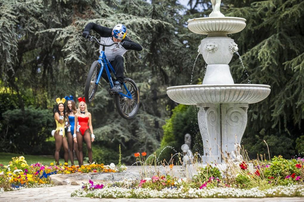 Sprung vom Brunnen - da stauen sogar die Playboy-Bunnies im Hintergrund ; Foto:Red Bull