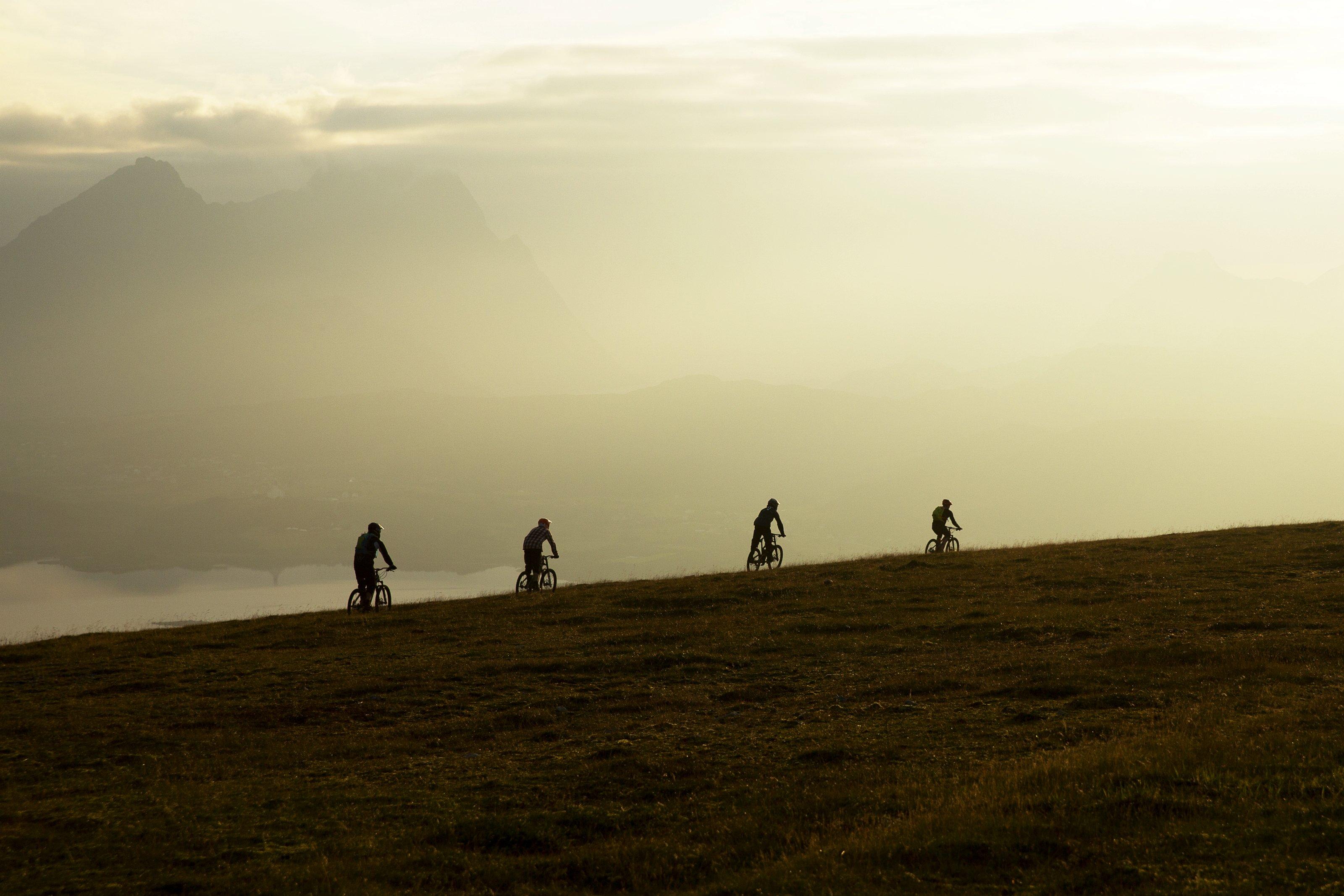 Im Team durch die einsame Landschaft Norwegens, Foto: Red Bull