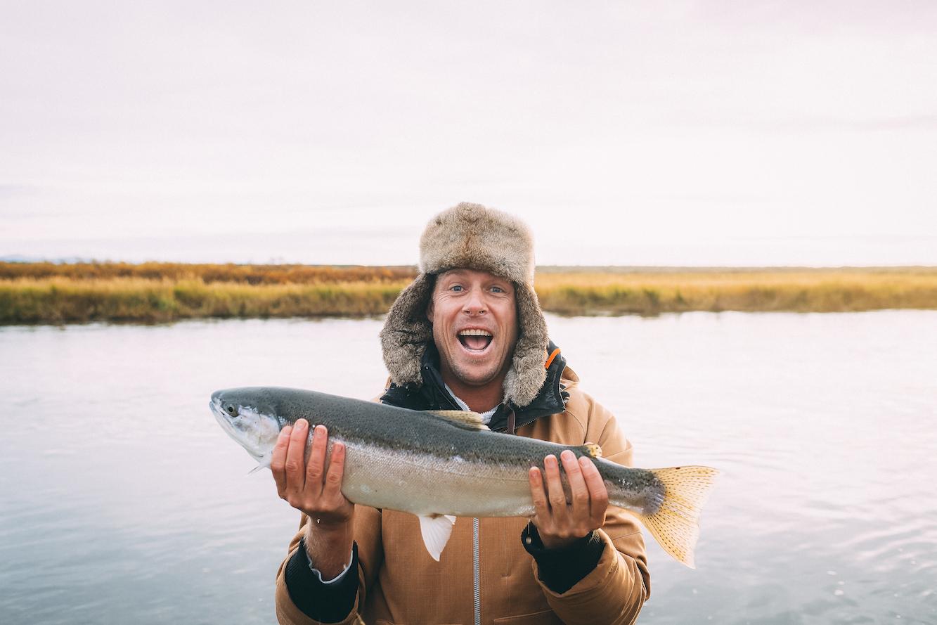 Mick Fanning mit Fischfang in Alaska. Credit: Kirstin Scholtz