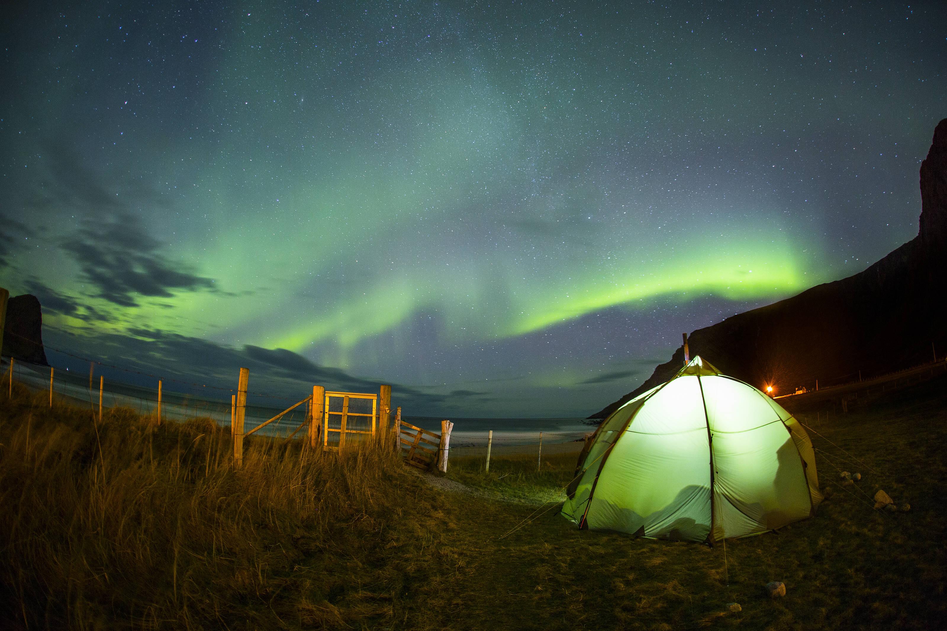 Mick Fanning beim Camping in Norwegen. Credit: Red Bull Content Pool