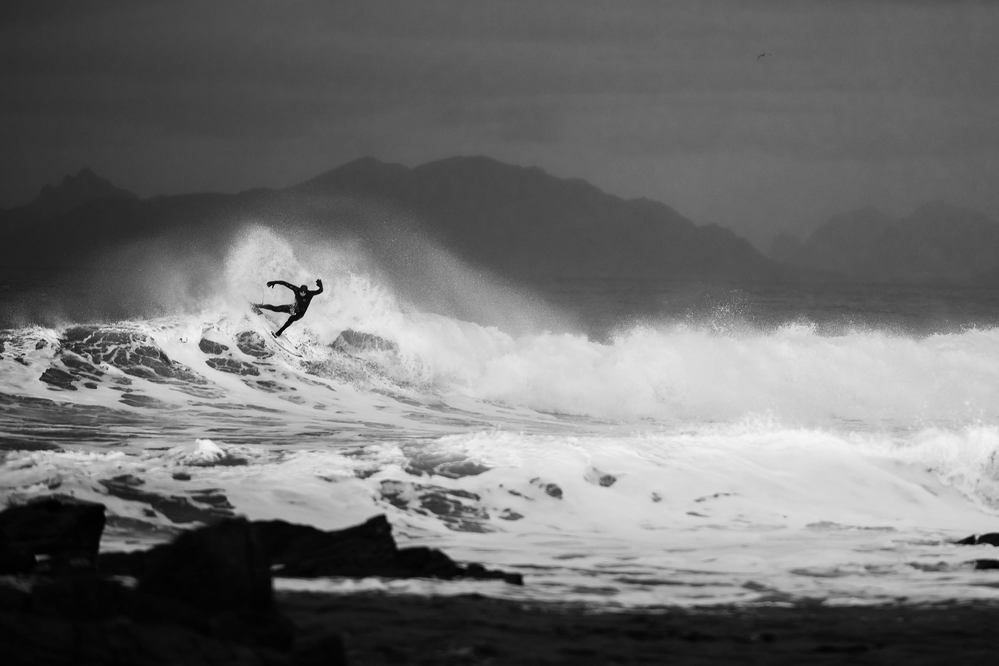 Mick Fanning in den eiskalten Wellen von Norwegen. Credit: Red Bull Content Pool