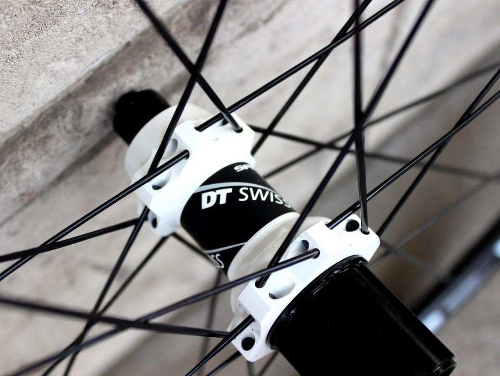 Der DT Swiss RC28 Spline C Carbon-Laufradsatz verwendet gerade, ungekröpfte Speichen.