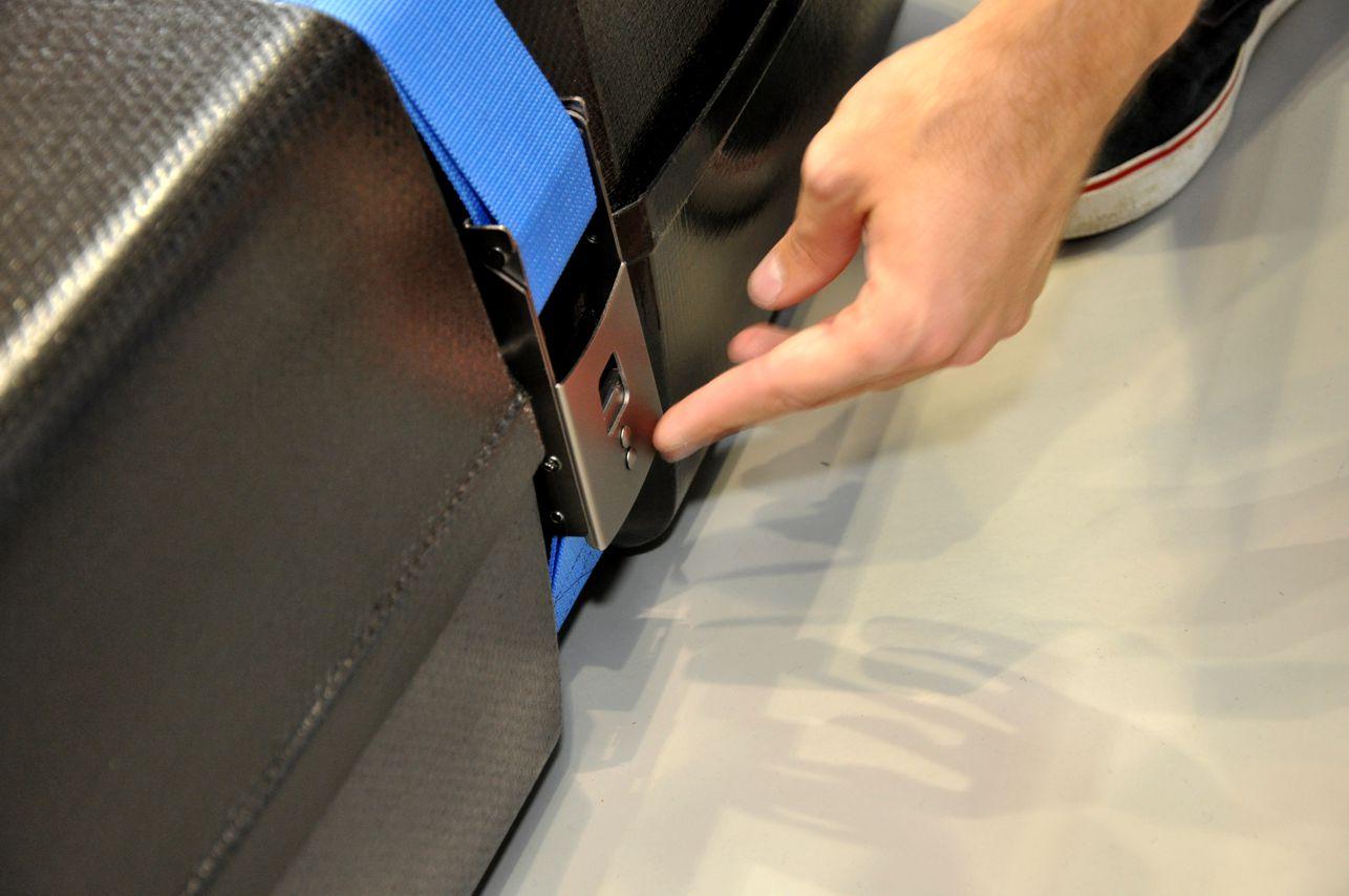 Mit einem Klick rastet der Verschluss ein und kann mit einem Bügelschloss (am besten in TSA-Ausführung) gesichert werden.