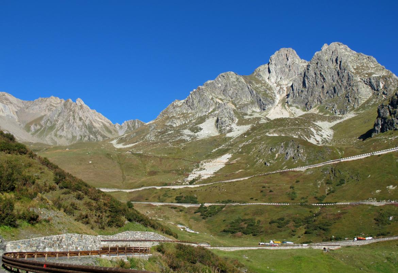 Die 70km lange Passstraße des Großen St. Bernhards ist von einigen 3000-Meter-Gipel umgeben. Eine atemberaubende Landschaft ist also garantiert. (Foto: Joujou / pixelio.de)