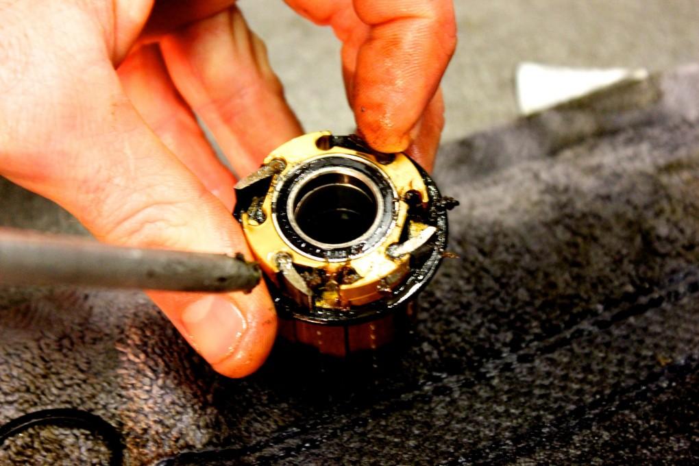 Naben für Winterräder sollten leicht zu warten sein. Andy Phillips arbeitet mit Luftdruck um den Schmutz unter den Sperrklinken eines Hope Freilaufkörpers zu entfernen.