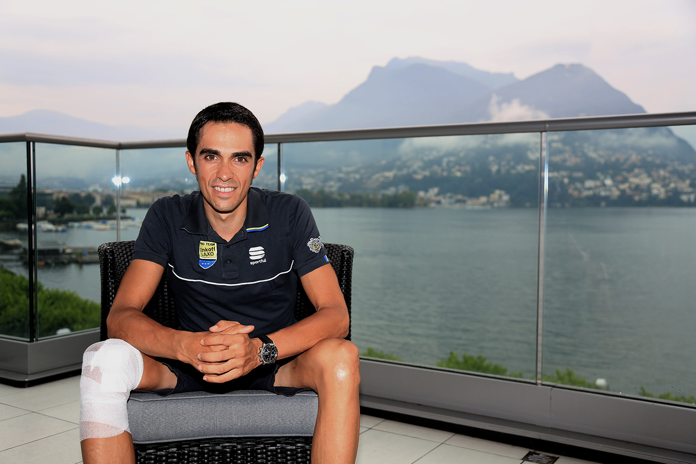 Alberto Contador am 14. August 2014 mit bandagiertem Knie hoch über dem Luganersee.