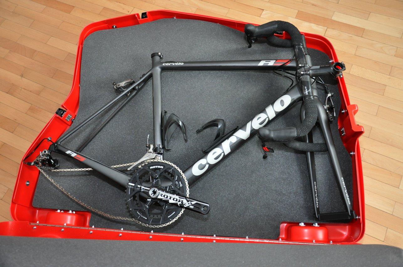 Der Lenker muss demontiert werden, sonst passt das Rad nicht in den Koffer. Also Werkzeug mitnehmen!