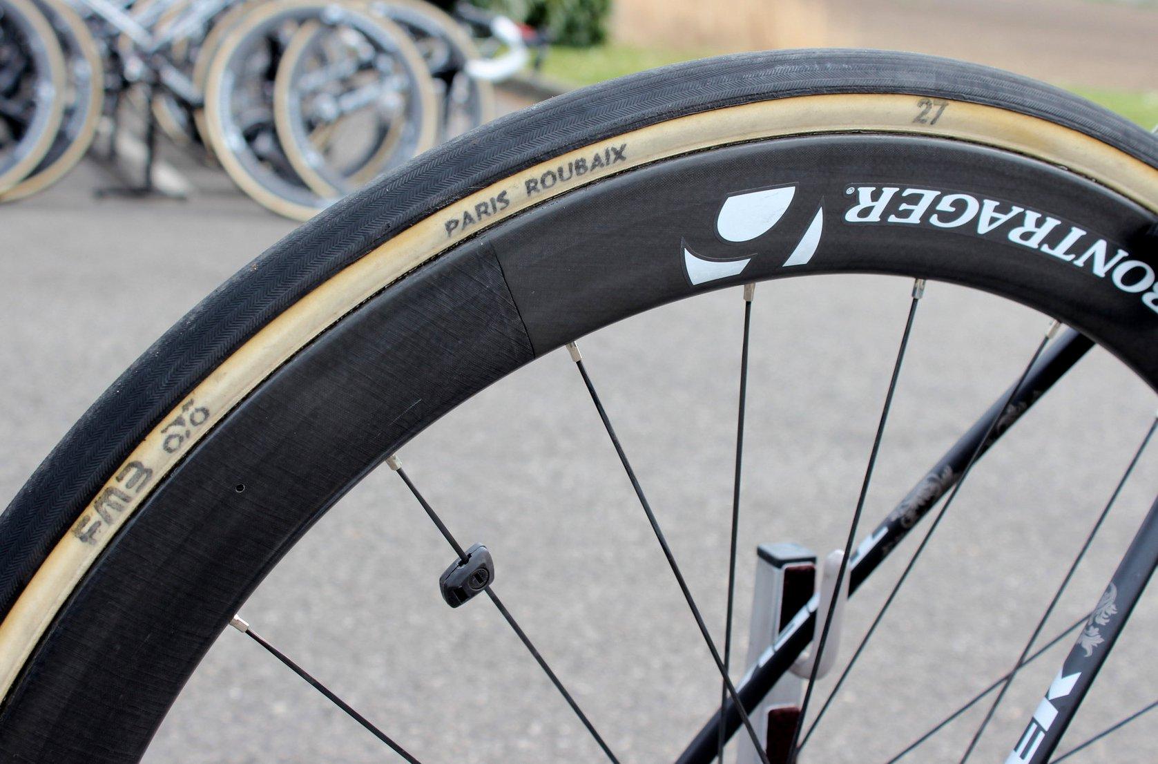 Der 27mm Paris-Roubaix-Reifen ist im Peloton weit verbreitet, wenn es um die Klassiker geht.